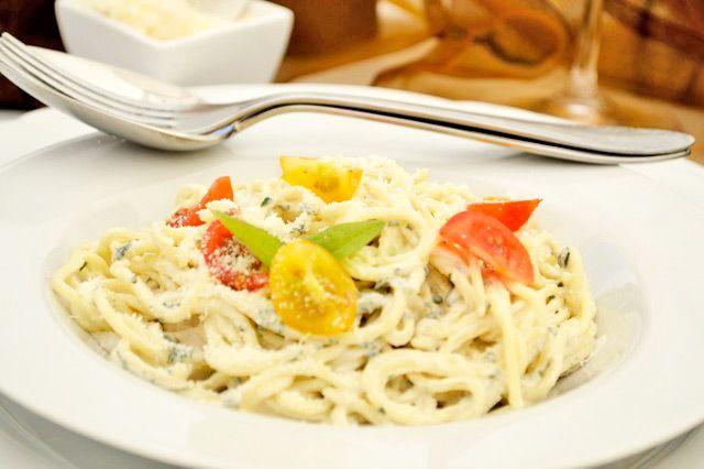 Basilikum-Nudeln sind das perfekte #Rezept für heiße Tage. Die leichte Mahlzeit ist preiswert, schnell zubereitet und kalorienarm.