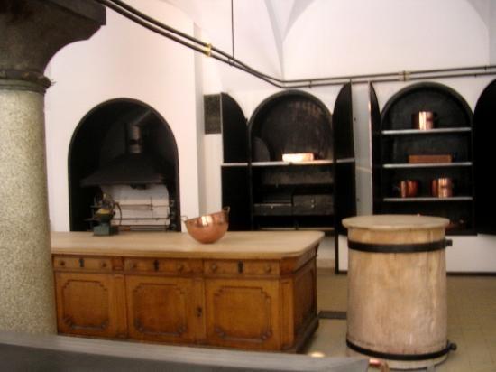 Neuschwanstein Castle. La cocina estaba equipada con la última tecnología del momento. Se incluyó un gran estufa y un aparador, una grande y una pequeña saliva, incorpora un horno de asar con un plato caliente, un horno de cocción, un mortero y un tanque de peces. Junto a ella son la despensa, con un armario empotrado y cuarto de vajilla con particiones de vidrio para el chef-de-cocina y el fregadero.