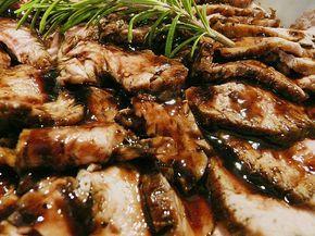 Een wijn-balsamico sausje smaakt al hemels en helemaal in combinatie met mals vlees. De keus voor varkenshaas was dus makkelijk, maar met kipfilet werkt het...