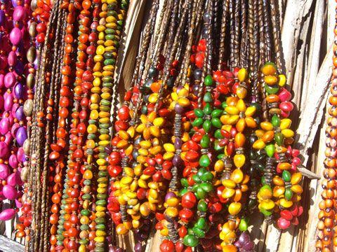 Caraíva (Bahia) - Comercialização de Artesanato Indígena Pataxó Colares de sementes