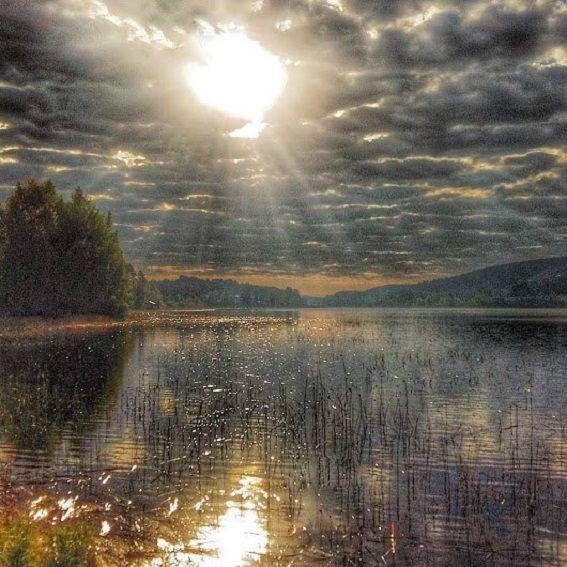 Egy-két mondat: A rejtélyes tó - A felhők közül hirtelen lecsapott a varázslatos égi fény a rejtélyes tóra, így aztán a tó kénytelen volt megvallani titkos történetét…