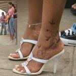 magnifique tatouage oiseaux sur cheville femme