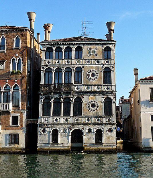 Ка'Дарио или Палаццо Дарио (ит.Ca'Dario) дв-ц в Венеции,в р-не Дорсодуро.Образец арх.Ренессанса.Мозаич.фасад из цвет. мрамора.Одной стор.выходит на Гранд-канал,другой-на площ.Барбаро.Построен в 1487г.Среди влад.особняка был фр.поэт Анри де Ренье,к-рый жил здесь в к.XIXв. Дв-ц имеет дурную славу прокл.дома. Влад-цы его не раз подверг.насилию,стан. банкротами или самоубийцами.Посл. смерть произ.в 1993г.,когда здесь застр. один из богат.итал.промышл-ков после разразивш.коррупцион.скандала.