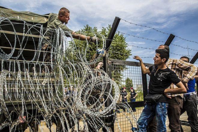 ONG Médicos Sem Fronteiras pede o fim do erguimento de cercas de arame farpado, bem como o fim de atos de violência no mar e nas fronteiras terrestres