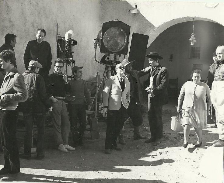 Mario Adorf e Giuliano Gemma durante una pausa sul set di …e per tetto un cielo di stelle (1968)
