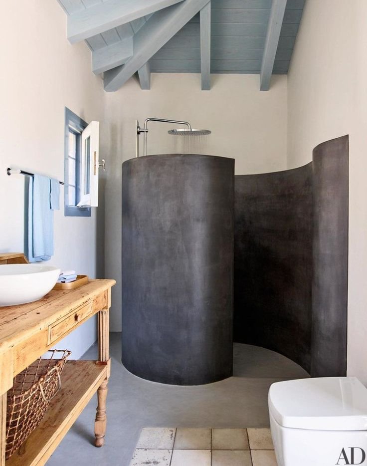 """""""O banheiro da piscina não possui um boxe tradicional! Ele é curvo e feito de tadelakt, um gesso marroquino à prova d'água."""""""