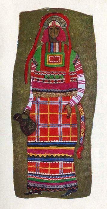 Костюм крестьянки Тульской губернии. Костюм состоит из рубахи, поневы и навершника. Холщовую рубаху украшают поперечные полоски-затканки. Панева и навершник украшены нашивными полосками из шерстяной ткани и тесьмы, позументом и бахромой. Поверх поневы одет разноцветный шерстяной пояс. Головной убор - кокошник с позатыльником из красного кумача - расшит серебряной ниткой и украшен лентой с длинными, свободно свисающими концами.