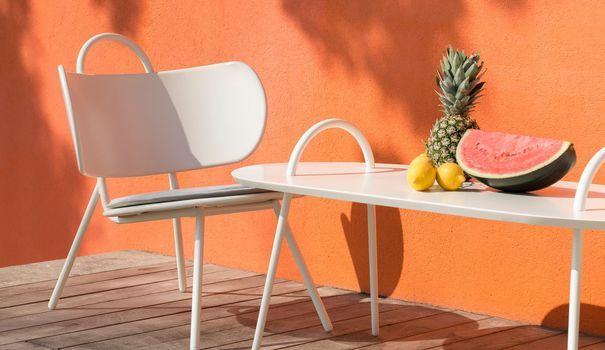 Les beaux jours sont arrivés ! L'occasion de se créer une déco d'extérieur accueillante sur sa petite terrasse, ou son balcon, est trop belle pour y résister. Dans ces espaces outdoor réduits, on mise sur des meubles de jardin design, colorés, en bois, épurés... Et surtout gain de place à souhait ! Voici une sélection de nos meubles d'extérieur adorés, des fauteuils en passant par les tables jusqu'aux bains de soleil : coup de projecteur 100% farniente !