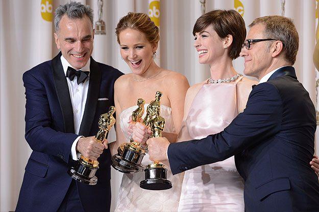 победители Оскара Дэниел Дэй-Льюис, Дженнифер Лоуренс, Энн Хэтэуэй и Кристоф Вальц за кулисами на 85-й церемонии вручения премий Американской киноакадемии
