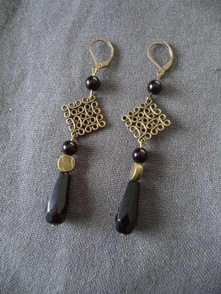 Boucles d'oreilles dormeuses bronze avec connecteur carré et perles noires