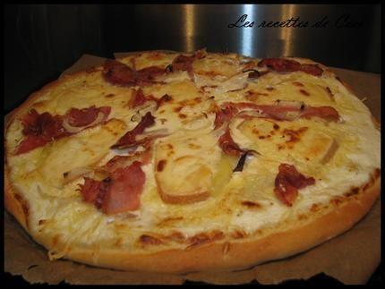 Pizza à la raclette, jambon fumé et oignons