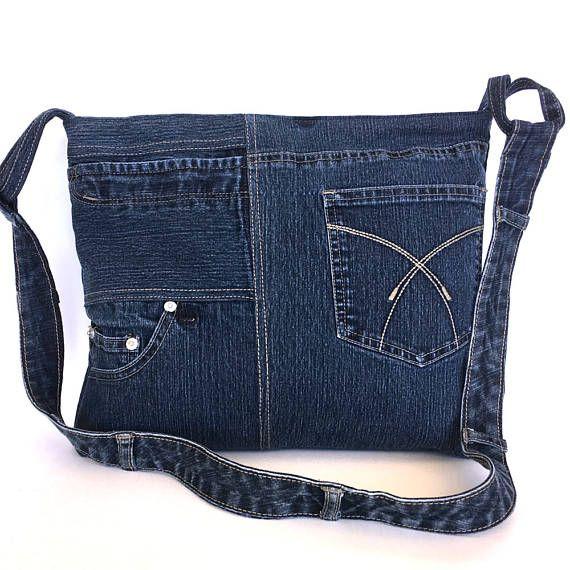 Ik draaide een donker blauwe denim broek dit mooie en functionele cross body tas. Achterkant en voorkant zijkanten zijn verschillend. U vindt twee open zakken en een rits zak op de voorzijde en een ander open zak op de achterkant. Het is volledig gevoerd met een katoenen stof, en heeft 2 binnen zakken. Een ritssluiting houdt de zak gesloten. U kunt deze Eco vriendelijke cross body tas voor school, winkelen, reizen en/of uitvoering van een 13 MacBook.  Maten: breedte: 14  hoogte: 11,5  di...