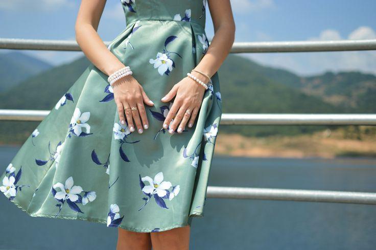 Jeżeli lubisz styl romantyczny, ten sezon należy do Ciebie! Kwiaty dodają lekkości oraz dziewczęcości. Tej wiosny ten motyw nosimy w bardzo kobiecym wydaniu. Jedwabne bluzki, rozkloszowane spódnice oraz sukienki z tym motywem zdominowały światowe wybiegi. #dress #summer #flower #spring