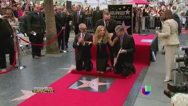 VIDEO: Thalía develó su estrella en el Paseo de Hollywood - http://uptotheminutenews.net/2013/12/05/latin-america/video-thalia-develo-su-estrella-en-el-paseo-de-hollywood/