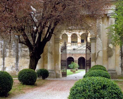 Villa dei Vescovi, Ingresso dal cancello principal