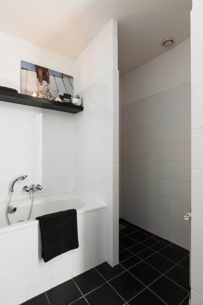 badkamer met een fijn ligbad en aparte inloopdouche