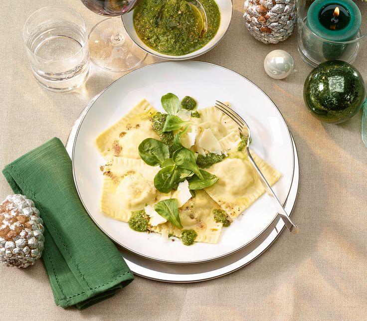 Das Pesto hat dank Nüsslisalat, Kürbiskernen und Kürbiskernöl etwas von einem steirischen Salat, passt aber viel besser zu den Ravioli.