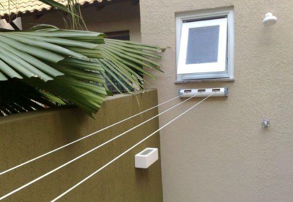 O varal flex é fixado numa caixa de uma lado da parede, e pode estender 3 cordas até o outro lado (Foto: Reprodução - Estação dos Varais)