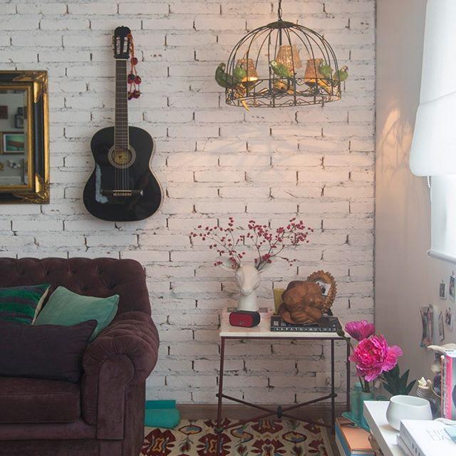 Você pode usar composições de quadros, fotos criativas e objetos na parede e ocupar espaços vazios com acessórios decorativos e muita criatividade. Gostou da dica de decoração boho de hoje?  #dicasdedecoracaodaerika #decorboho  sala da linda @biaperotti ❤ 📷@historiasdecasa