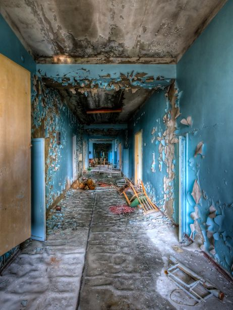 Photographer Timm Suess traveled to Chernobyl in 2009, and @TheAtlantic has featured a collection of photos from a nearby abandoned hospital.