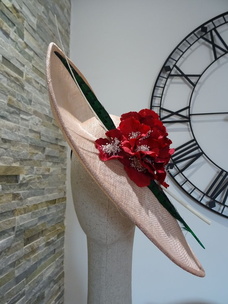Pamela con base de paja  con flores rojas y plumas verdes // Pamela with straw base with red flowers and green feathers