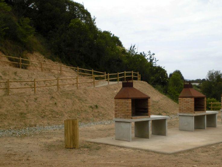 A la zona de pícnic hi ha disponibles diverses barbacoes. Per utilitzar-les cal consultar les bases que ha fixat l'Ajuntament (www.masquefa.cat)