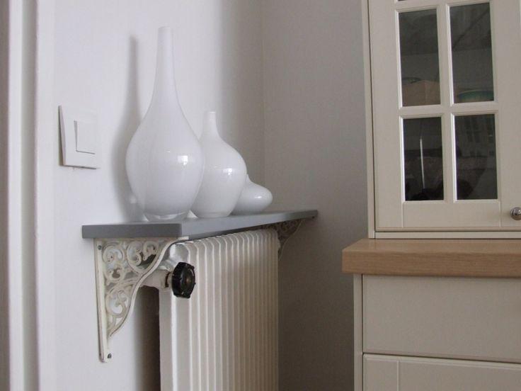 Pour éviter le noircissement du mur au-dessus du radiateur, il existe une solution simple : fixer une tablette de radiateur. Elle aura en plus l'intérêt d'être décorative et de permettre de poser q...