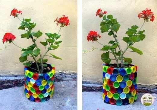 Maceta hecha con tapitas de plastico de diferentes colores
