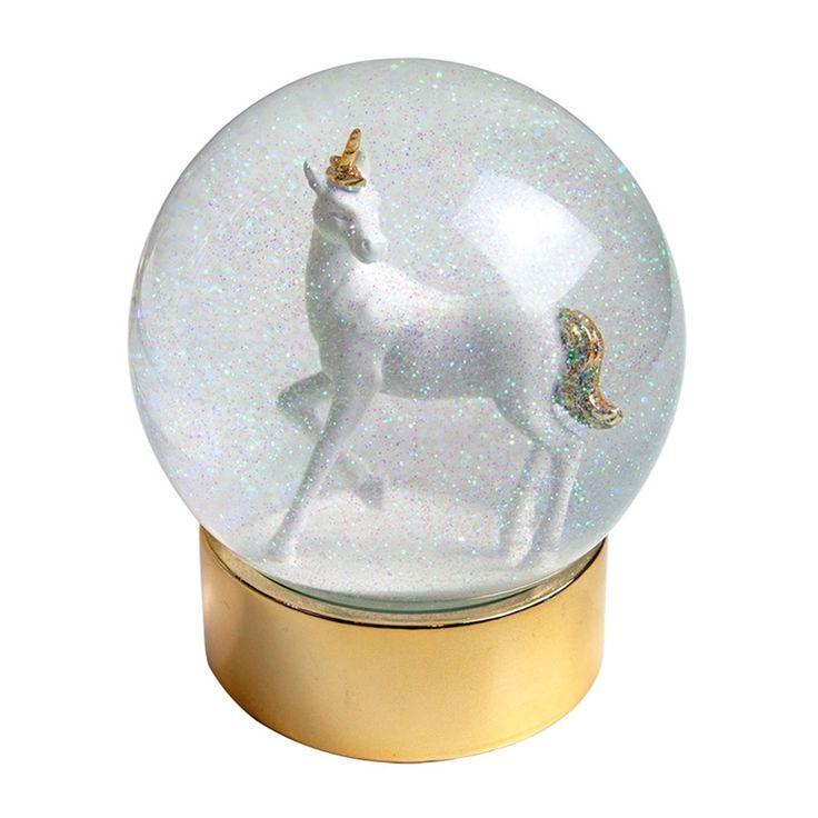 Magiskt vacker snökula med en enhörning inuti. Enhörningens horn och svans är guldförgyllda liksom basen kulan står på. Vänd snökulan upp och ner för att få upp glittret som långsamt faller ner. Snökulan är ca 13 cm hög. Perfekt present till den som älskar Enhörningar.