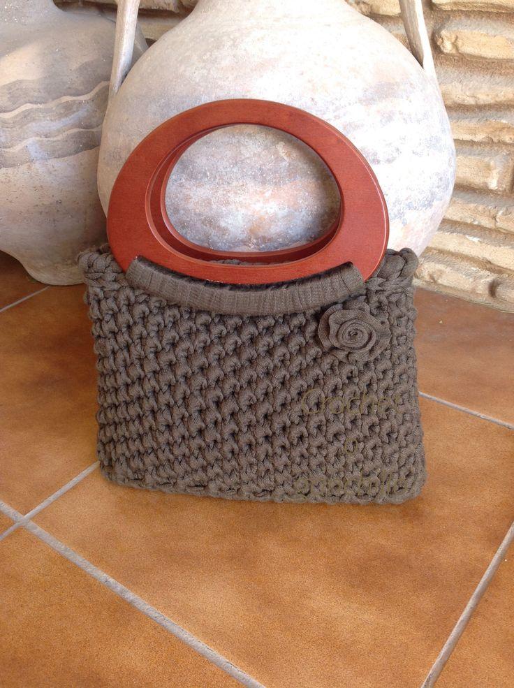 Bolso de trapillo caqui con asas de madera by Crochet o ganchillo
