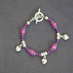 Bracelet perles polaris violettes givrées, jade teinté violet et breloques coeurs3 d argentées