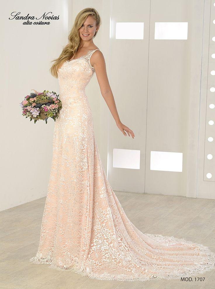 """Vestido de novia estilo columna, crep satinado en color rosa palo con encaje en color marfil. Escote tipo """"V"""" en delantero y en espalda más pronunciado."""
