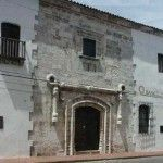 La Casa del Cordón es un inmueble situado en la ciudad de Santo Domingo, en la República dominicana. Fue la primera casa de piedra de América y probablemente la primera de dos pisos.1 Su nombre se debe al cordón que presenta en su fachada, el cual se asocia a la orden franciscana. Se encuentra en la calle Isabel la Católica con la esquina Emiliano Tejera.