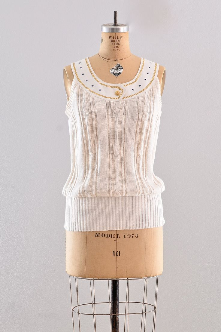✧Vintage witte katoenen trui ✧ gouden anker, touw en sterren gegraveerde knop op ronde hals Mouwloos ✧ Zoom ✧ breed geribbeld ✧ enten overhead   Label: n/b voorwaarde: uitstekend  ✂-----Metingen  past zoals: medium groot  lengte: 25,5 inch Bust: 36 inch Taille: niet-gedefinieerde  ✧ Bezoek de winkel ✧ http://www.etsy.com/shop/PickledVintage