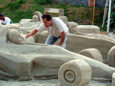 Esculpindo em areia, na Avenida Interlagos, nas vésperas da corrida de F1, Sao Paulo