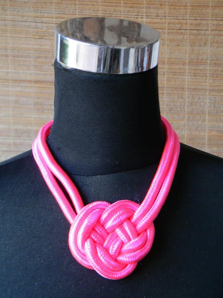 Gargantilla rosa fluor