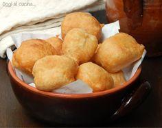 Pettole. Pasta da pane con patata, molle e appiccicosa da friggere a cucchiaiate.  gr 400 di farina ml 300 di acqua una patata lessa piccola  gr 10 di lievito di birra un pizzico di zucchero un pizzico di sale acciughe (facoltative) olio per friggere
