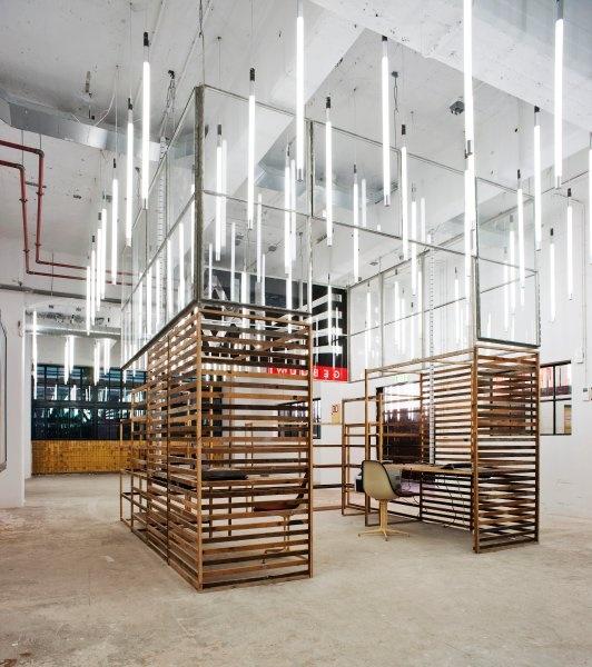 partial partitions with linear lighting   Empfangshalle eines Bürogebäudes von Doepel Strijkers Architects