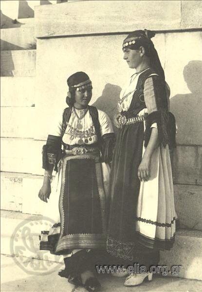 Εορτασμοί της 4ης Αυγούστου: γυναίκες με παραδοσιακές ενδυμασίες Καραγκούνας στο Παναθηναϊκό Στάδιο, 1937: Nelly's (Σεραϊδάρη Έλλη)
