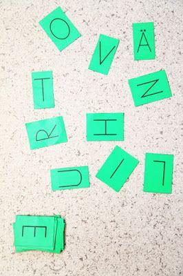 Kirjainläpsy: Pelataan 3 - 5 lapsen ryhmässä. Levitetään kymmenen kirjainkorttia lattialle tai pöydälle. Yksi lapsista toimii pelinjohtajana ja sanoo yhden kirjaimen kerrallaan. Muut lapset koskevat kädellään mahdollisimman nopeasti sanottua kirjainta. Se, joka läppäsi ensimmäisenä (käsi alimpana), saa kortin. Voittaja on pelaaja, joka saa kerättyä eniten kortteja. http://www.haaraamo.fi