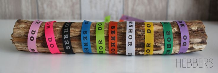 Bonfim armbandjes in verschillende kleuren! Op de lintjes staat de tekst `Lembrança do Senhor do Bonfim de Bahia`, wat betekent: souvenir van de Heer van Bahia van de goede afloop. Bind het lintje om je pols en maak er drie knopen in. Bij iedere knoop mag je een wens doen. Als jouw lintje (na verloop van tijd) afvalt, gaan je wensen in vervulling. Per stuk €1,50. www.hebbers.nl