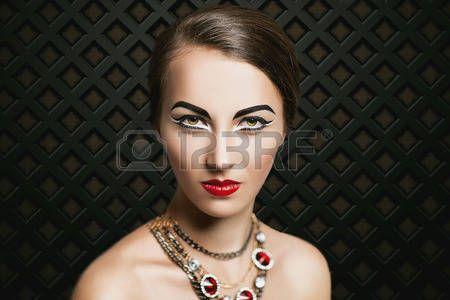 cleopatra: schöne junge Mädchen, Modell, eine Frau, die Schauspielerin, die Königin. Luxus, reich, teuer, stilvollen Look. Chic Make-up, perfekte Gesichtshaut, ausdrucksstarke Augenbrauen, Augen, Pfeile, Cleopatra-Stil, leuchtend roten Lippen. Lizenzfreie Bilder