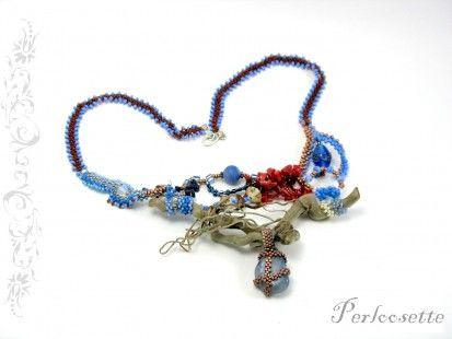 Collier freeform bleu, en tissage de rocaille. Une petite pièce de bois flotté sert de support à une pierre sodalite. Ajouts de perles en verre diverses, de chips de corail bamb - 653939