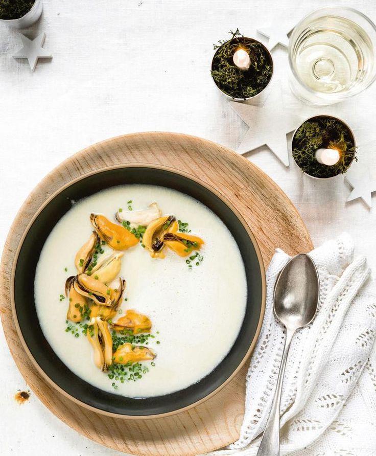 Een feestsoep om duimen en vingers van af te likken, met zelfgemaakte visfumet en heerlijke mosseljus. Strooi er royaal veel mosselen in.