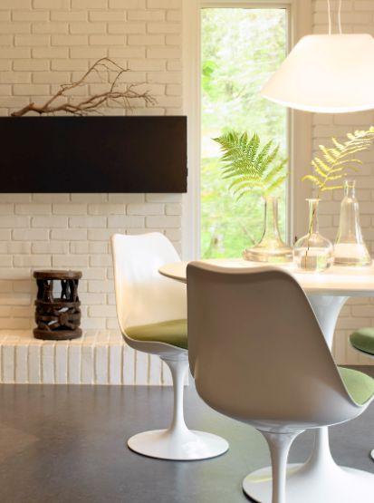 Outro clássico de meados do século passado é a Cadeira  Tulipa de Eero Saarinen. Com simples e elegantes diretrizes, este projeto de 1950 ainda nos impulsiona e remete ao futuro.