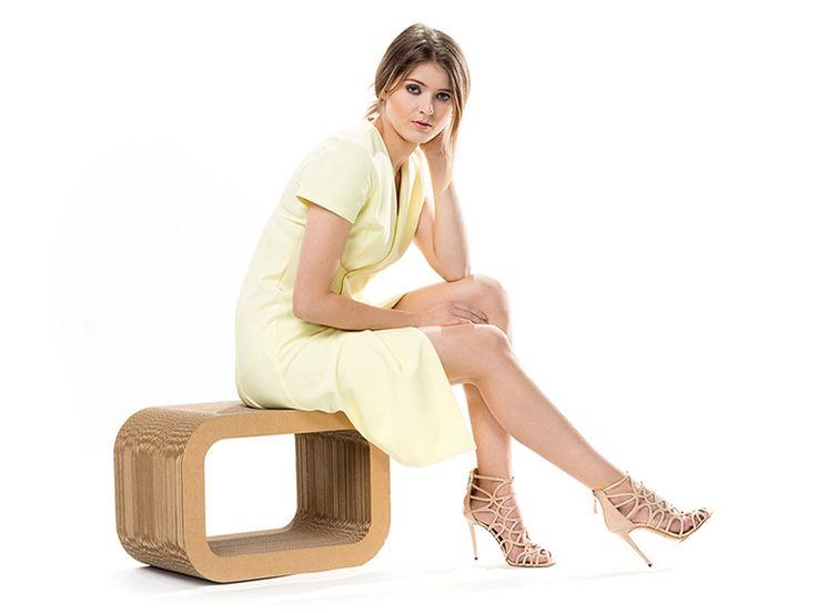 Zółta asymetryczna sukienka zapinana na guziki. Pastel yellow asymetric dress, flared on bottoms.