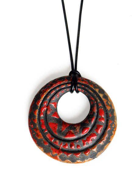... als Beitrag zur Aktion Kunstraub Nr 6 MusterHäuser, inspiriert von der traditionellen Hauskunst afrikanischer Frauen.  Der Keramik - Anhänger...