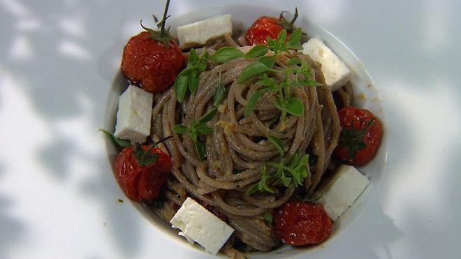 Volkorenpasta met tomatenpesto en feta | VIER