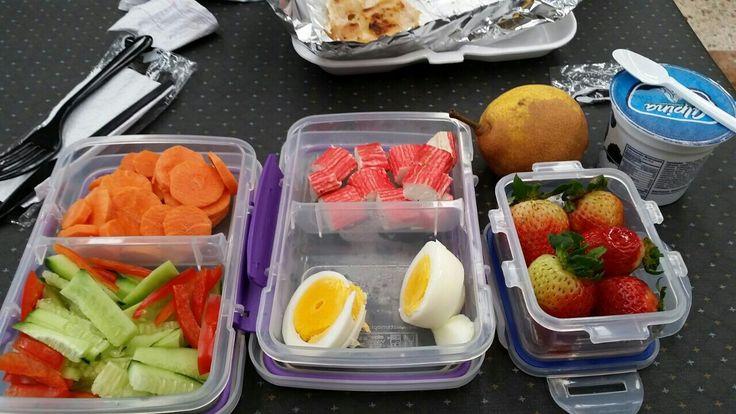 Zanahoria en rodajas. Pepino y pimentón en juliana. Dos palitos de cangrejo u  huevo cocinado cinco fresas un yogurt griego y una pera.