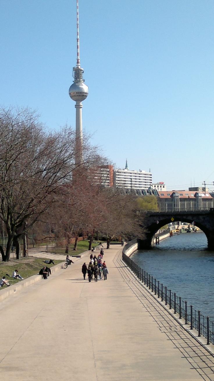 Spree mit Blick auf Uferpromenade,  Bode Museum (rechts) & Fernsehturm, März 2012